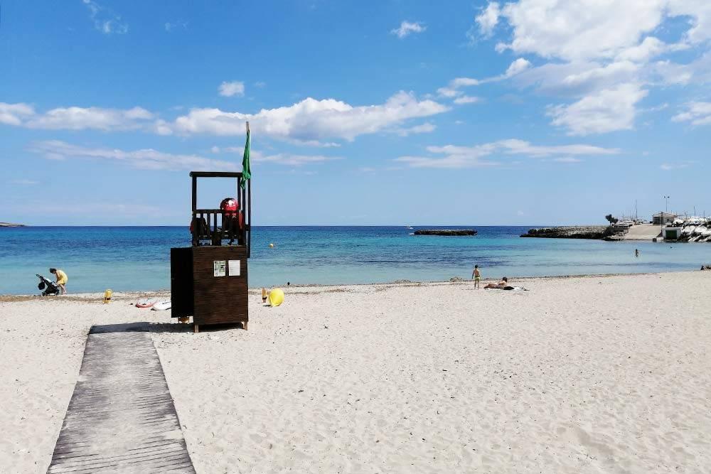 Я очень люблю море. На Мальорке у меня наконец-то появилась возможность плавать почти каждый день. Это один из двух наших «домашних» пляжей. Оба находятся в 5 минутах пешком от нашей квартиры. На втором пляже не песок, а галька