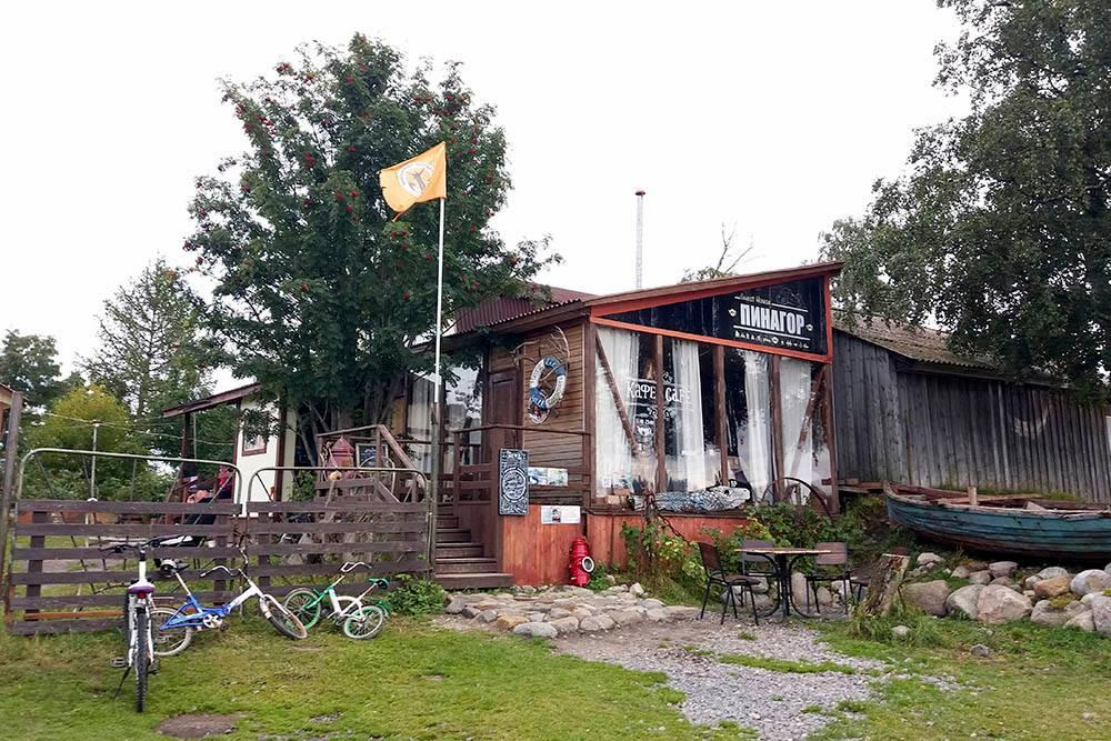 Гостевой дом и кафе «Пинагор». В хорошую погоду завтракать и обедать можно за столиками на улице