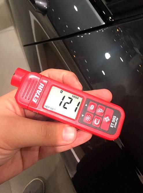 Проверяю машину толщиномером. Водительская дверь вторично не окрашивалась — толщиномер показывает 121мкм. Предел нормы дляэтой БМВ — 110—140мкм