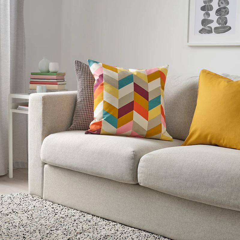 Однажды мы подарили на новоселье яркие подушки подобной расцветки, но не угадали: у хозяев оказался строгий интерьер
