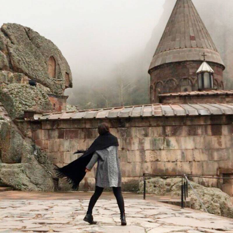 Монастырь Гегард окружают горы, поэтому нужно одеваться потеплее