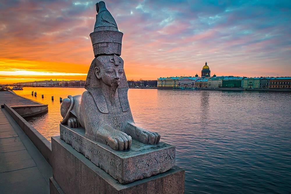 Фотографии не передают масштаб: в реальности эти статуи 5 метров в длину и 4,5 метра в высоту. Источник: FOTOGRIN / Shutterstock