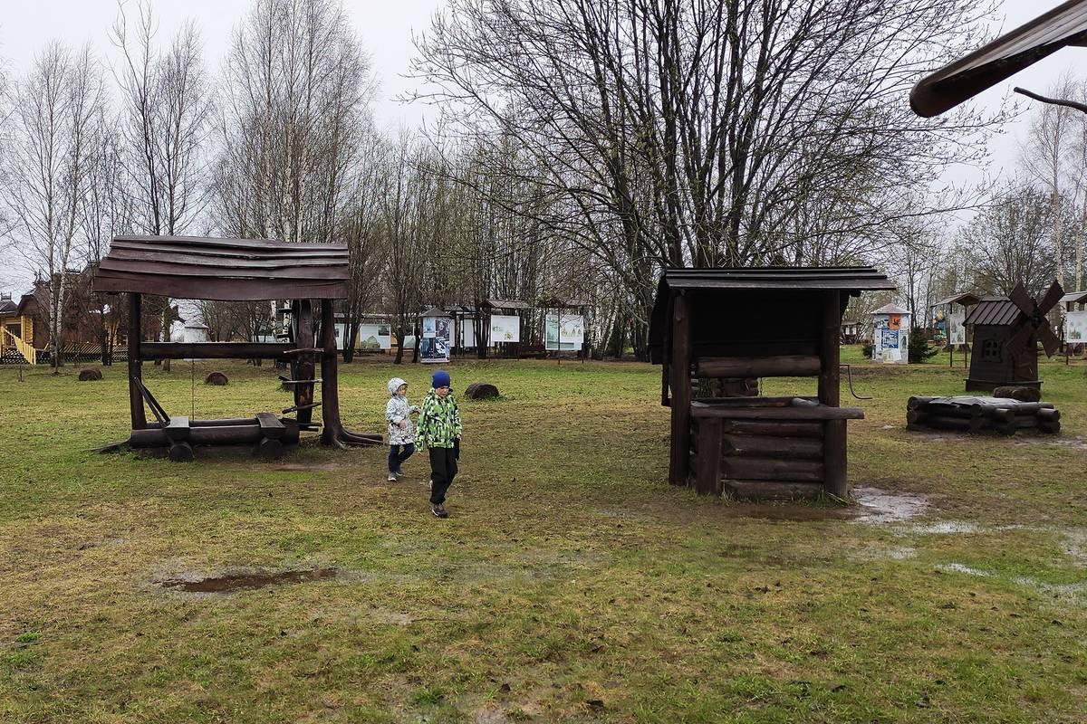 Наши городские дети впервые увидели колодцы