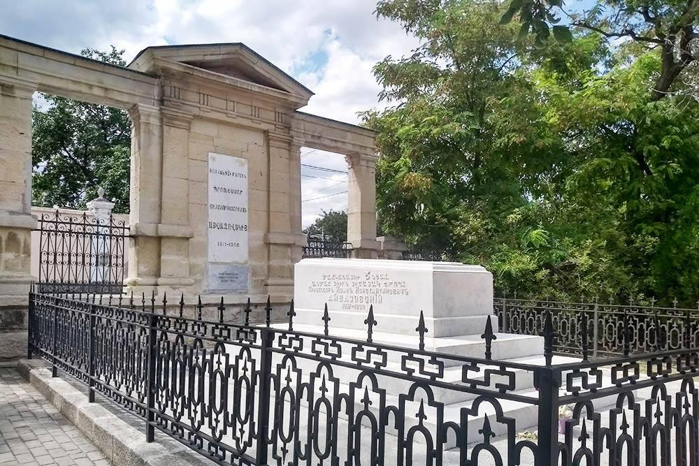 Во дворе храма находится могила Айвазовского. На средства художника Сурб Саркис восстанавливали после пожара, а еще он завещал церкви крупное пожертвование