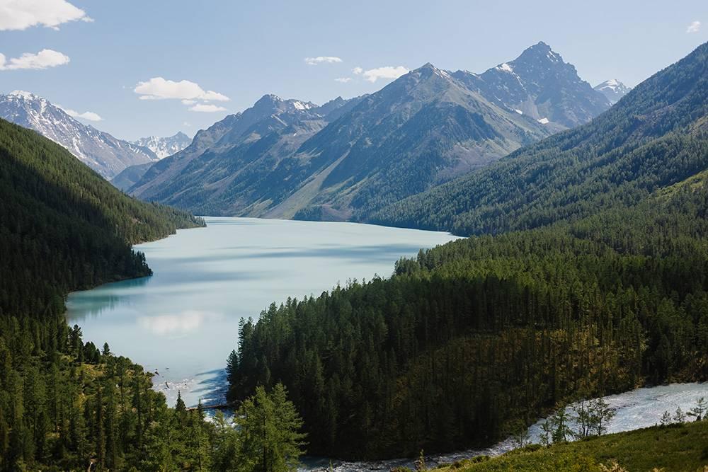 Вид на Кучерлинское озеро приподходе к нему. На фото можно заметить, как из него вытекает река Кучерла