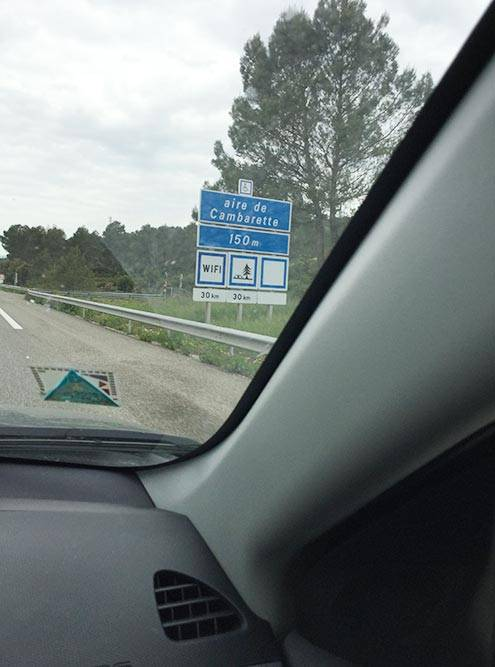 Франция. Указатель съезда на стоянку дляотдыха через 150метров. На знаке написано, что следующая такая стоянка будет только через 30 километров
