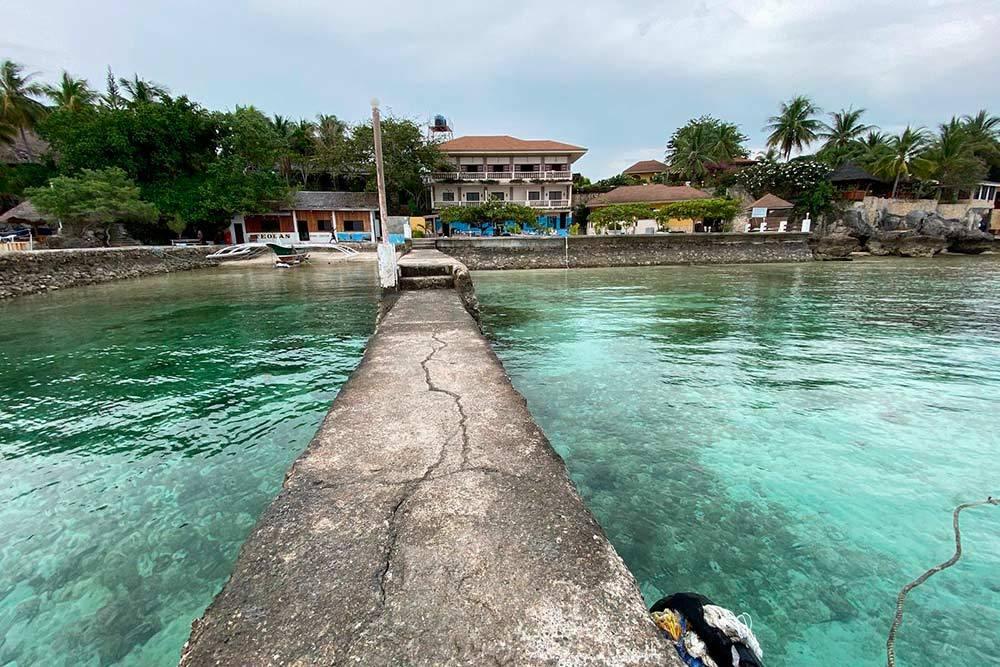 Таквыглядел наш выход к морю из отеля в деревне Моалбоал. Здание на заднем плане — дайверский центр, гдеможно было взять напрокат оборудование дляснорклинга. К сожалению, у нас не было оборудования дляподводной съемки, такчто рифы и рыбок мы не смогли сфотографировать