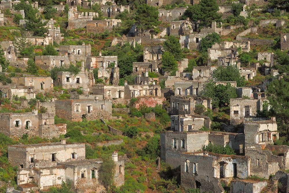 От домов остались только стены. Количество строений впечатляет