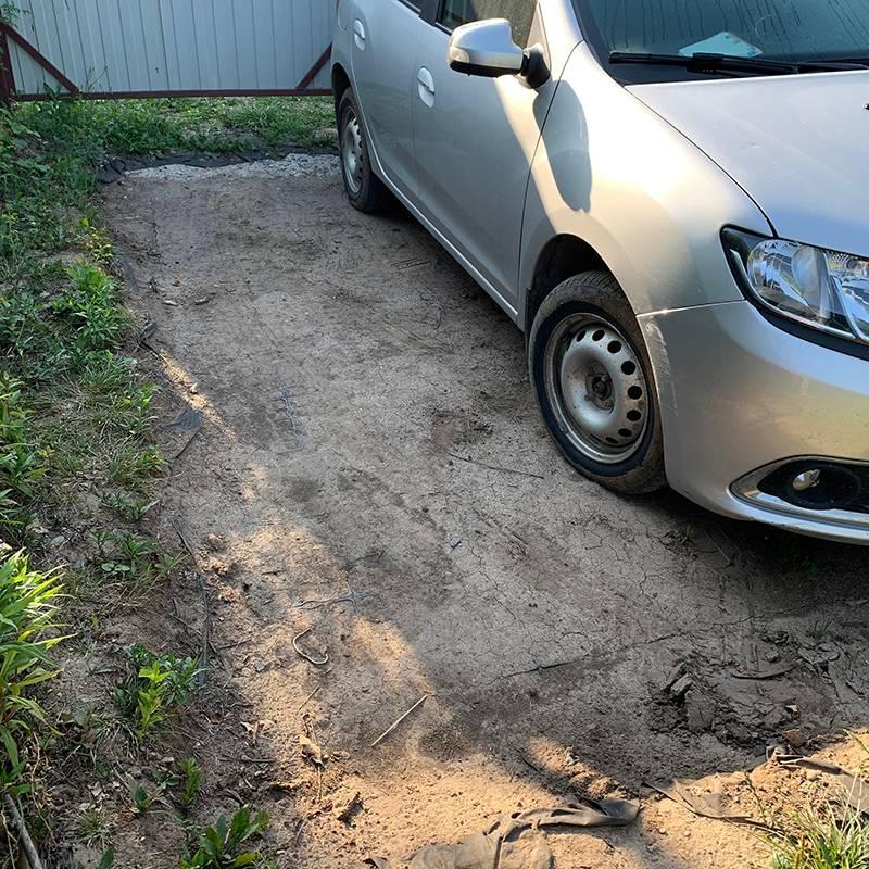 Пока парковка выглядит непрезентабельно. Чтобы она не заросла сорняками, надо посеять газонную траву