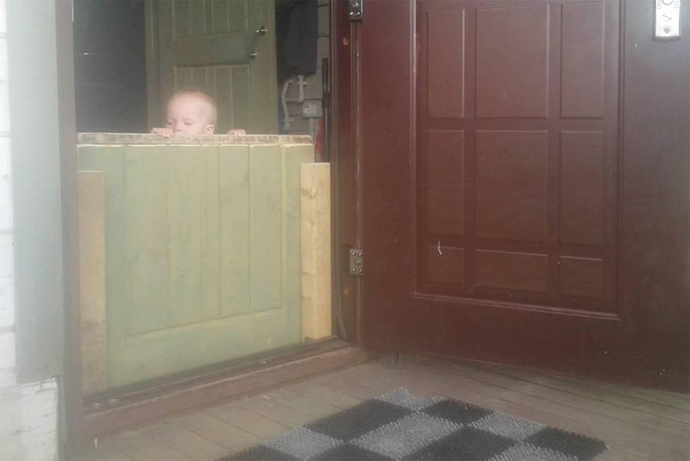 Детская загородка из старой межкомнатной двери в частном доме