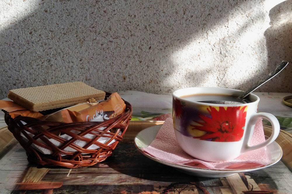 А вот и кофе со сладостями. Фото не постановочное, я всегда использую поднос и салфетки: так удобнее