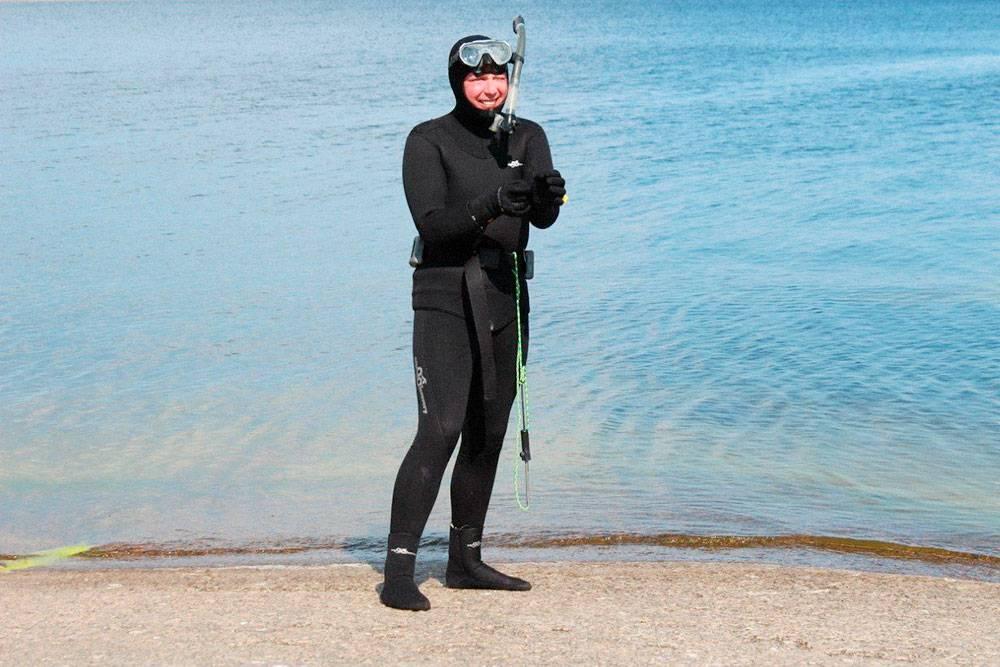 Обмундирование подводного охотника: гидрокостюм, носки, перчатки, маска с трубкой и кукан — трос с веревкой, на который вешают рыбу