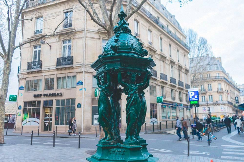 Фонтанчики Уоллеса — один из символов Парижа, который к тому же позволяет сэкономить на питьевой воде. Их можно найти на гугл-картах по запросу Wallace fountain