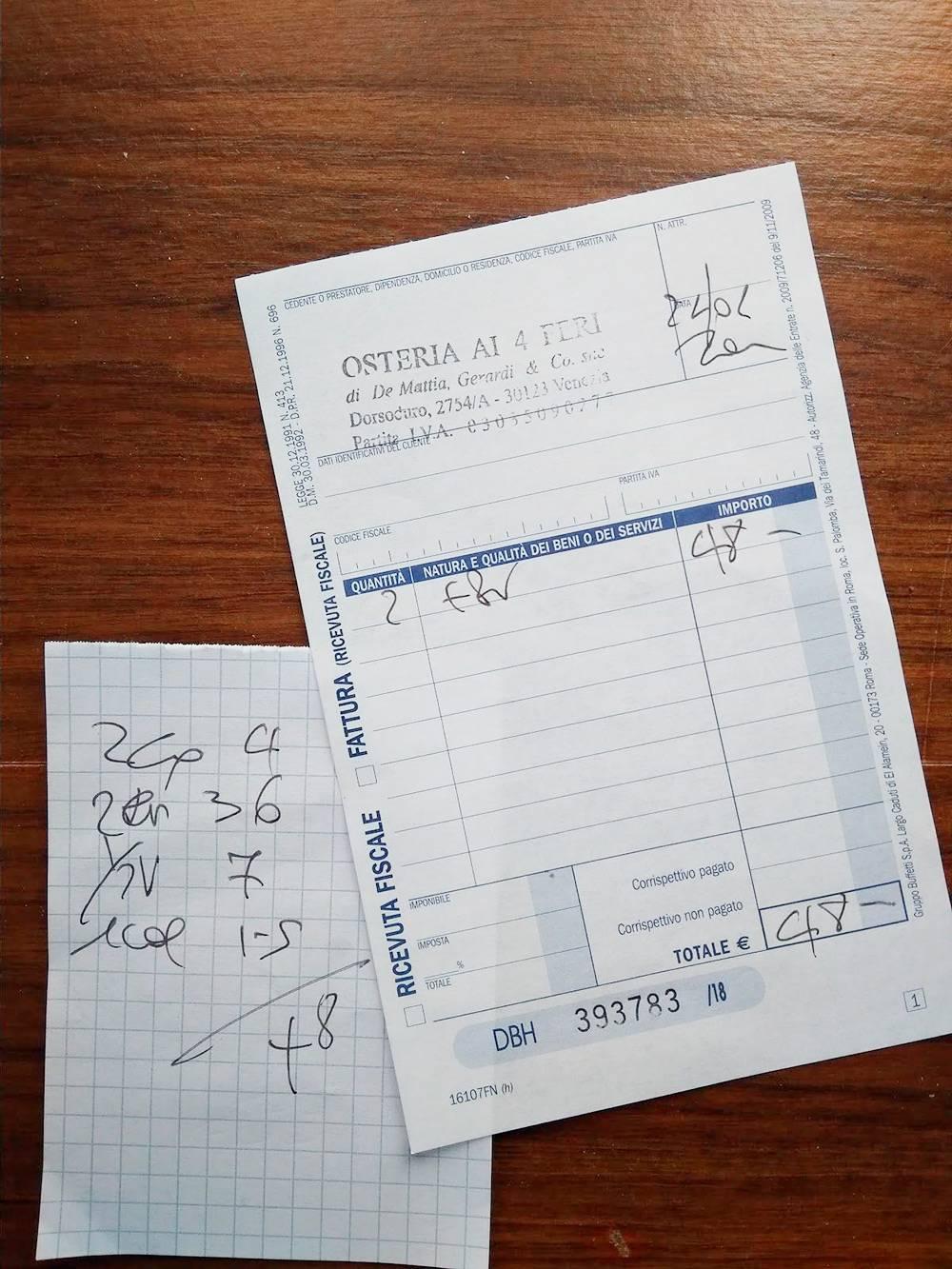 Чек на двоих из ресторана в районе Дорсодуро: обслуживание — 4€, паста с крабом — 36€, 0,5 л белого вина — 7€, эспрессо — 1,5€