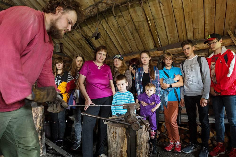 Во время экскурсий кузнец Сергей Танана делится с посетителями секретами своего ремесла. Источник: Игорь Георгиевский