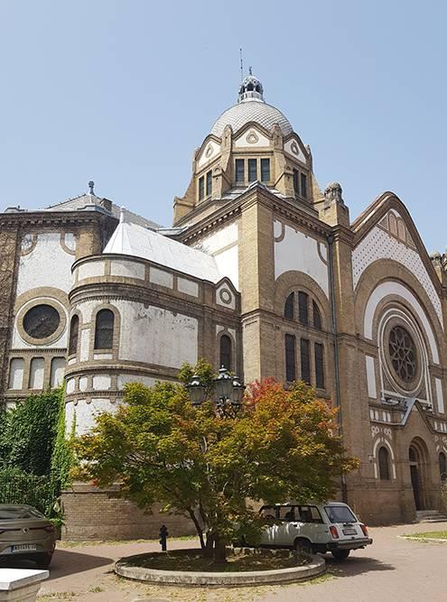 Самый удачный ракурс длясъемки синагоги — из ее двора, со стороны прохода Павла Шосбергера