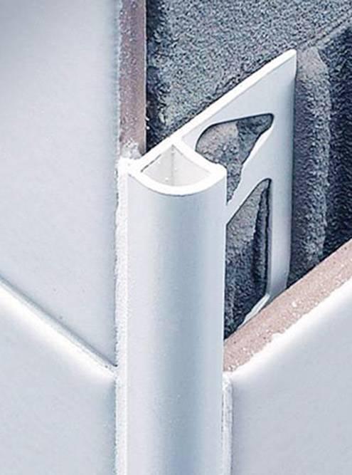 Это внутренний уголок дляплитки. Его устанавливают между стыками, и он выглядит аккуратно. Источник: «Стройремпро-ру»