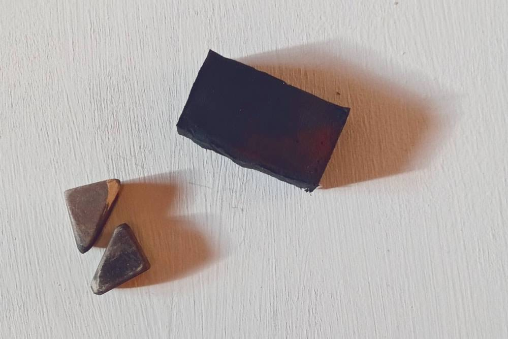 Слева — ластик, разрезанный на две части. Справа — формопласт