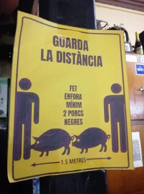 Объявление о социальной дистанции в баре. Два метра — это две свиньи