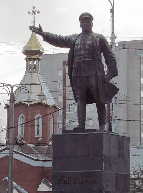Памятник Кирову на площади имени Лепсе