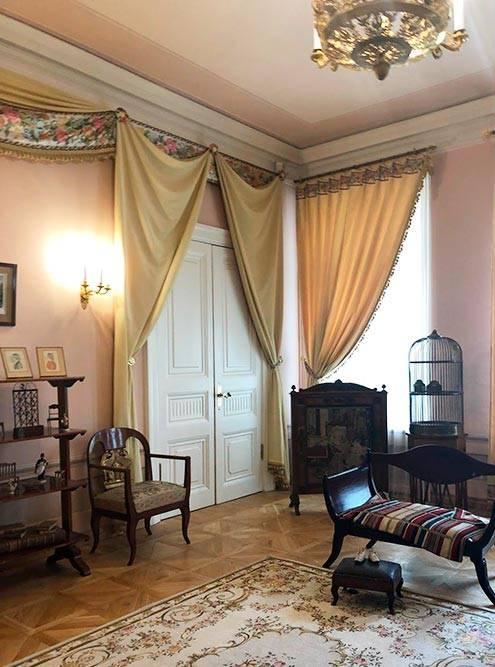 Пушкин жил в огромных долгах, но делал это ради жены. 80% зарплаты тратил на аренду огромной квартиры на Мойке