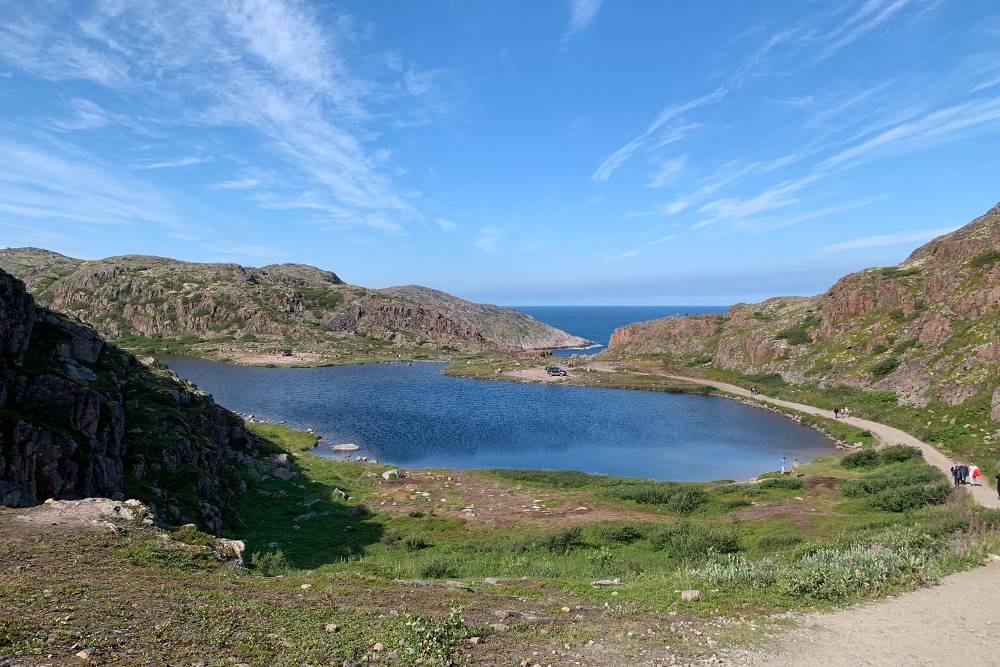 В путеводителях пишут, что водопад и озеро назвали Батарейскими, потомучто рядом с ними находится старая артиллерийская батарея