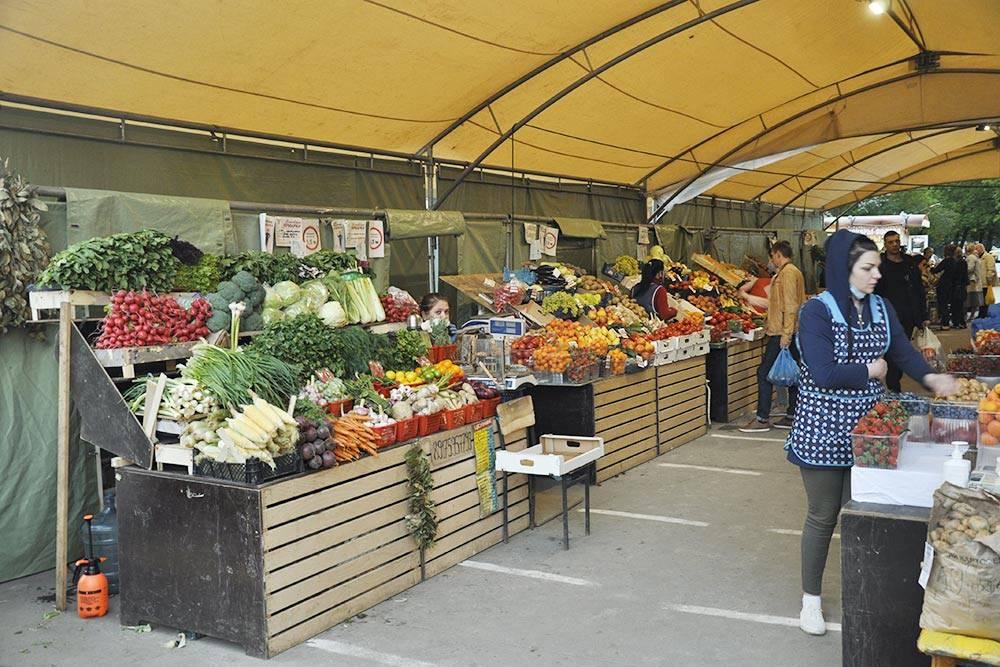 В воскресенье вечером я прихожу на ярмарку выходного дня и покупаю фрукты и овощи с большой скидкой