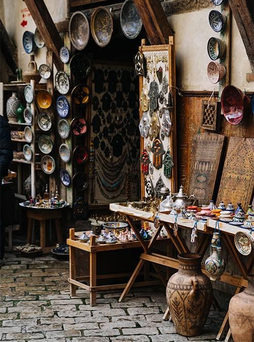 Улицы Феса усыпаны маленькими лавками местных мастеров. В них можно не только купить товар, но и посмотреть, как его производят