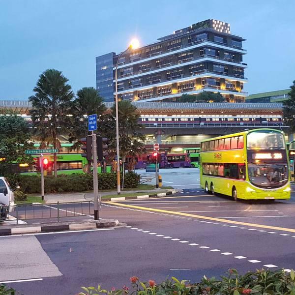 Типичная наземная станция метро с автобусной остановкой и парковкой для велосипедов прямо на выходе