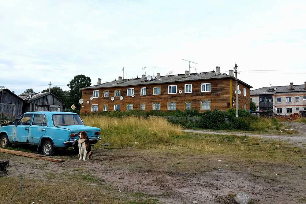 На Соловках сдают квартиры в таких двухэтажных домах, деревянных и кирпичных