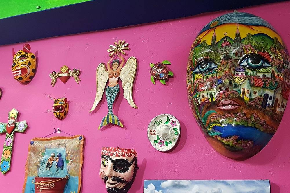 Колоритный интерьер кафе-такерии Mister Tacos в Бакаларе. В меню там только такос, более 40 видов начинок на выбор и напитки