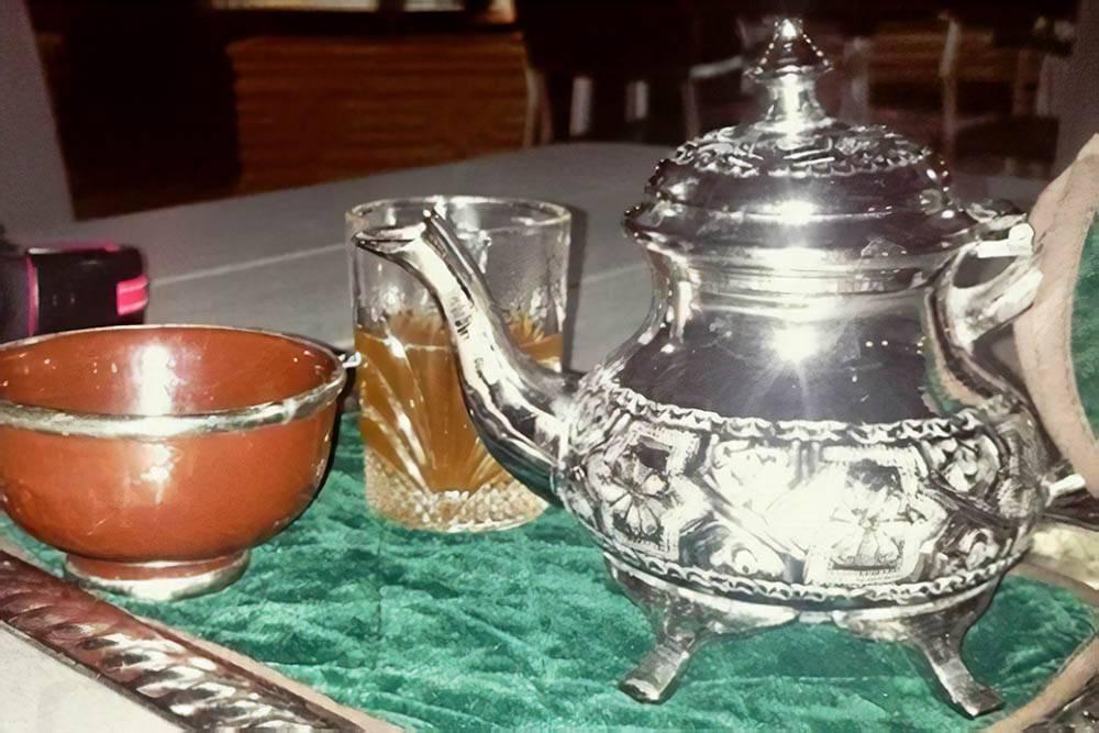 Марокканский чай — это зеленый чай с мятой и сахаром. Он очень сладкий и крепкий