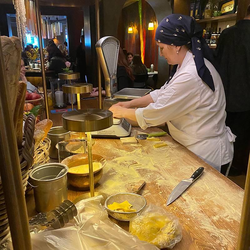 Тесто дляпасты готовят прямо в зале ресторана