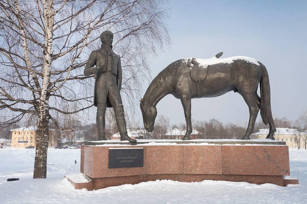 Возле кремля стоит памятник поэту Константину Батюшкову, который известен как литературный учитель Пушкина. Он родился и умер в Вологде