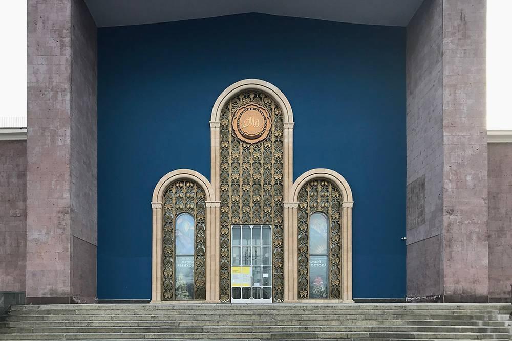 Пока Музей Рерихов на ВДНХ закрыт, можно посмотреть на него только снаружи