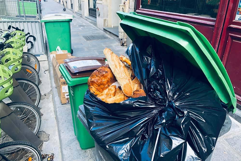 Если эту еду не «спасти», еще вполне качественные продукты наутро выбросят в мусор — таковы правила французского общепита