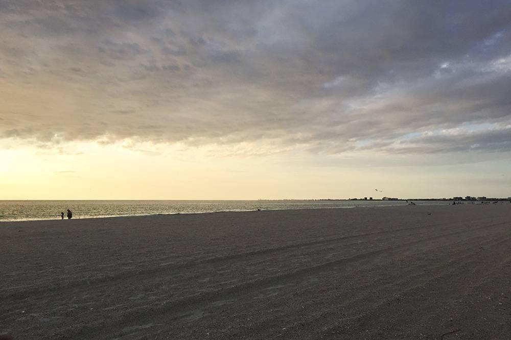 Закат на пляже в Сент-Питерсберге