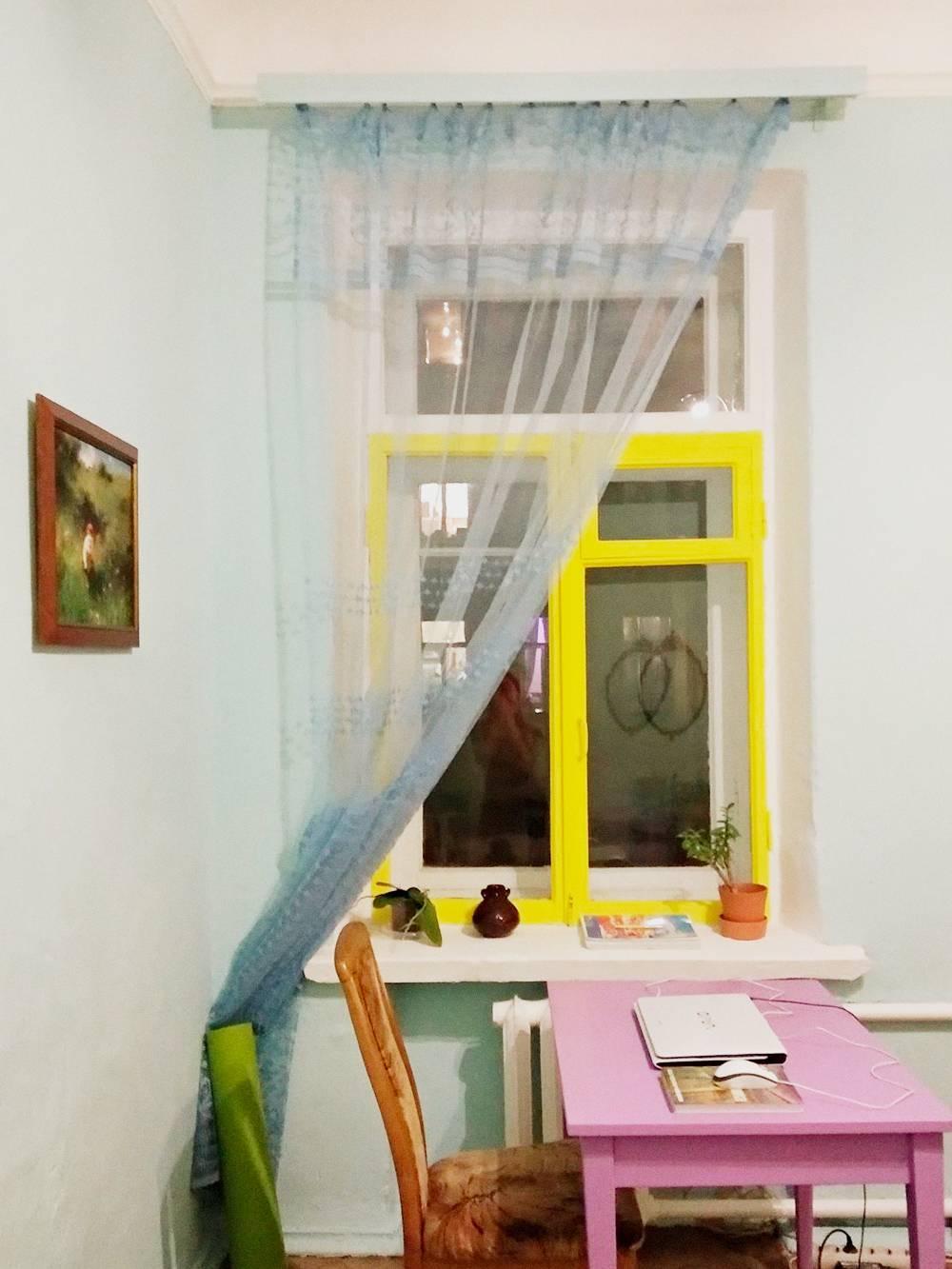 Краской для стен я покрасила раму в желтый цвет, а старый металлический карниз — в голубой