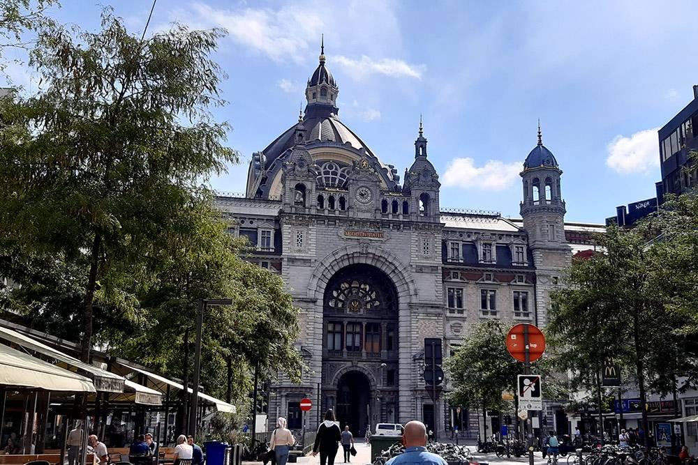 Центральный железнодорожный вокзал Антверпена построили только вначале 20века, новсеравно он многократно входил врейтинг красивейших зданий вмире