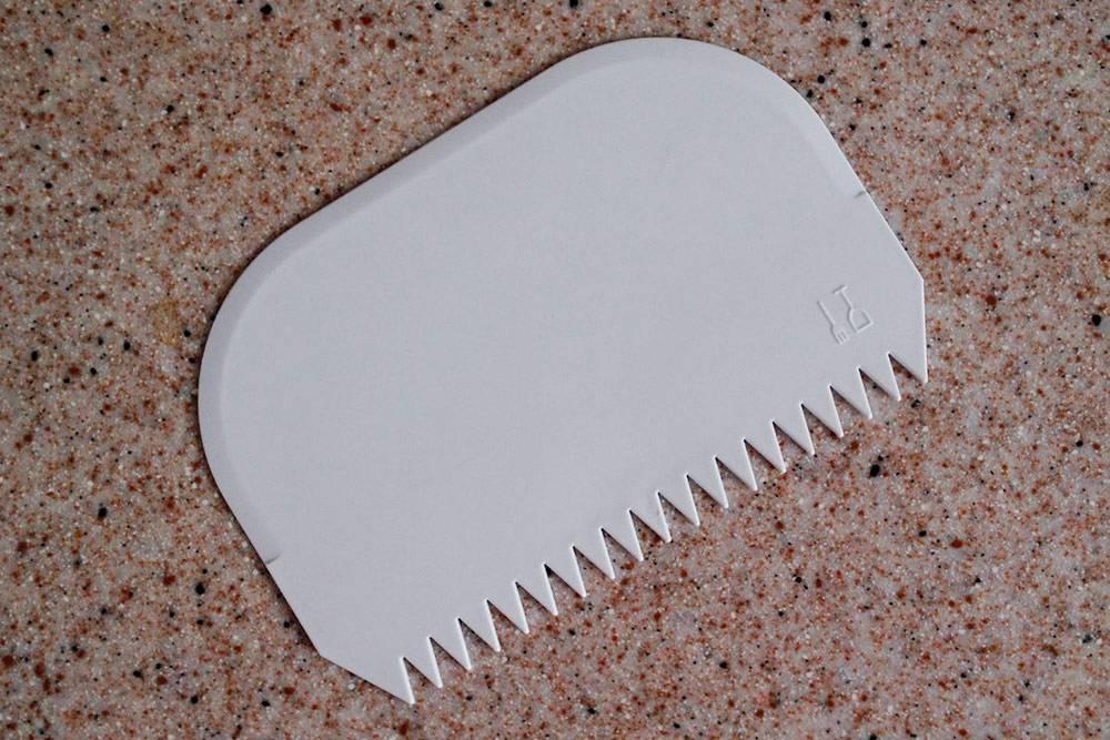 Пластиковый скребок подойдет не только дляработы с хлебом: зубчиками на противоположной стороне можно нарисовать узор. Например по крему или темперированному шоколаду, из которого делают шоколадный декор