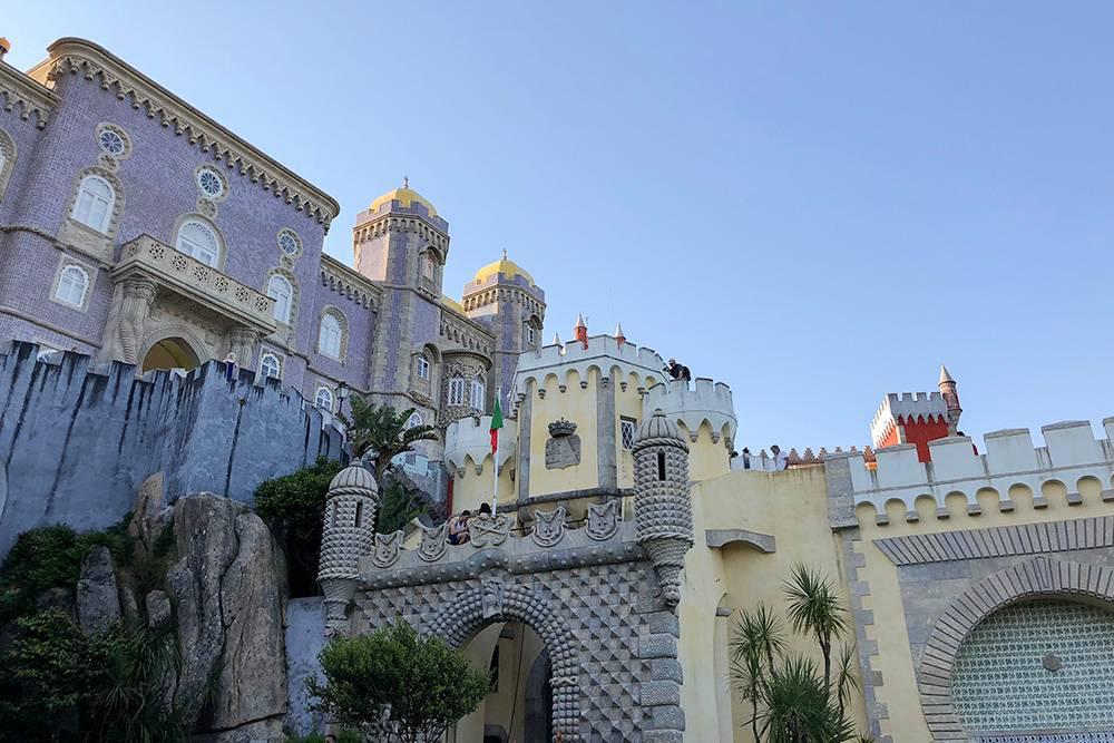 Дворец Пена похож на кукольный. Каждая его стена выкрашена в свой цвет — может показаться, что это разные замки