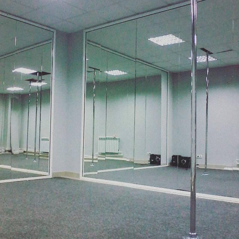 Так выглядела студия после ремонта — огромные зеркала изготовили на заказ на местном производстве