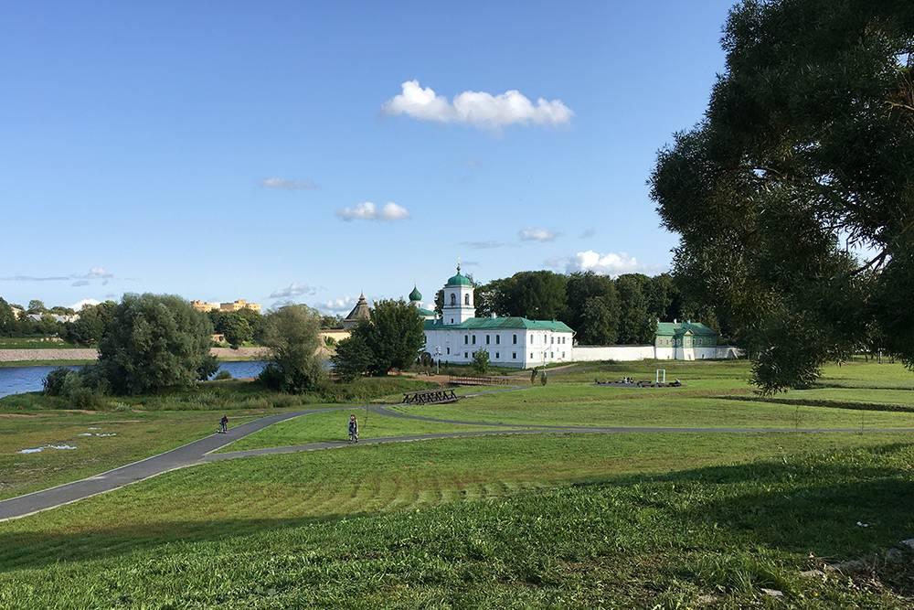 Парк около Спасо-Преображенского Мирожского монастыря