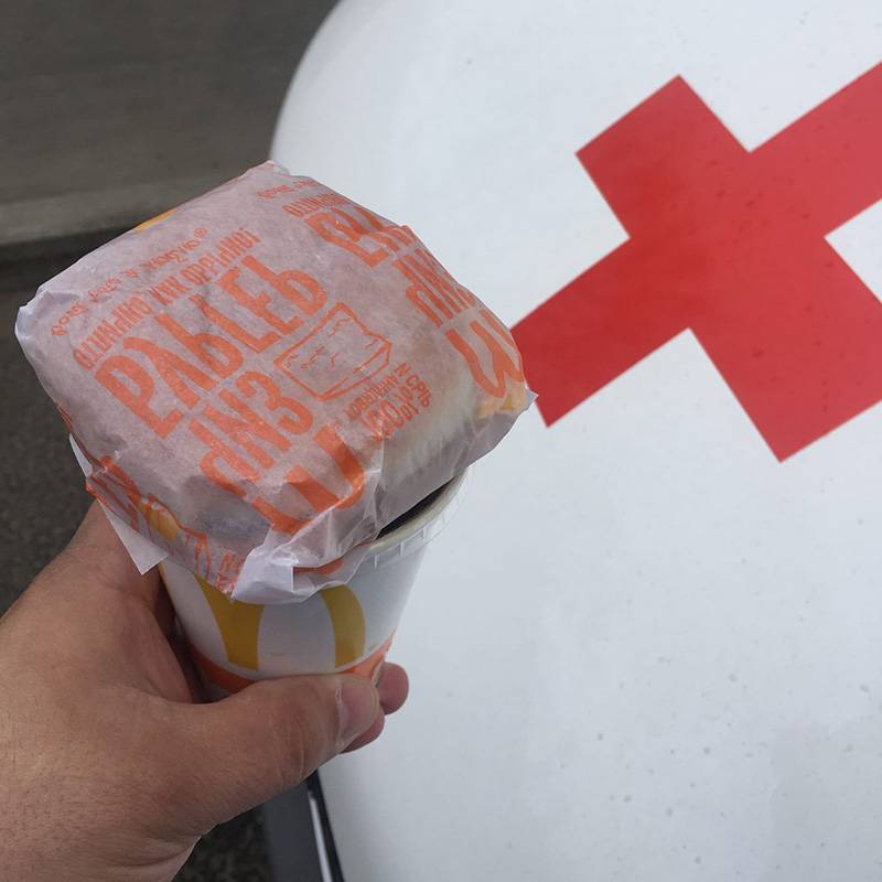 Сотрудник скорой помощи поделился во Вконтакте фотографией чизбургера и колы, которые получил в «Макдональдсе»
