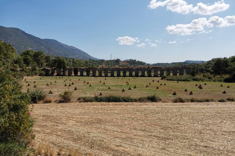 По дороге к Зеленому каньону мы увидели еще одну местную достопримечательность — акведук, построенный во 2 веке, по которому в Сиде поступала питьевая вода из реки Манавгат