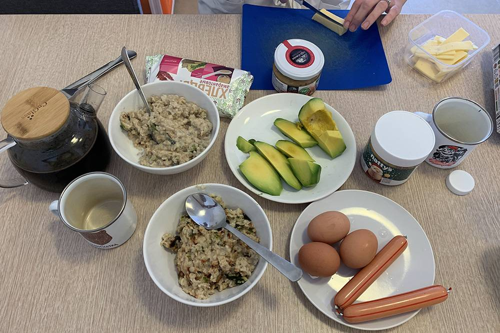 Овсянка, кофе, авокадо, яйца и вегетарианские сосиски
