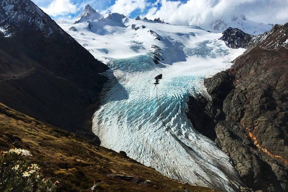 По округе раскинулось много ледников, включая вот такие небольшие, но эффектные