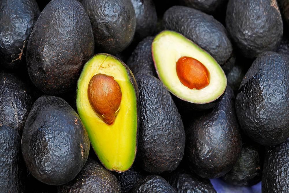 Плодоножка не должна быть засохшей, это говорит о перезрелости. В идеале она должна быть от ярко-зеленого до светло-коричневого цвета. Темно-коричневый цвет плодоножки означает, чтоплод уже перезрел. Кожура авокадо должна быть без темных пятен