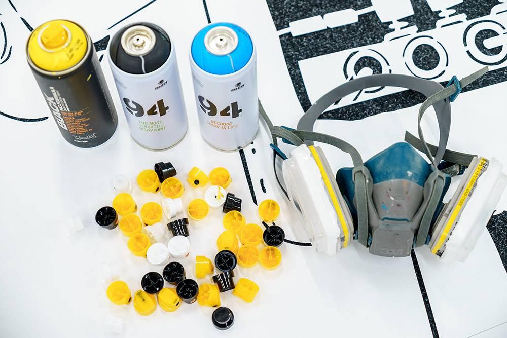 Инструменты для росписи на объекте: баллончики с краской и респираторы