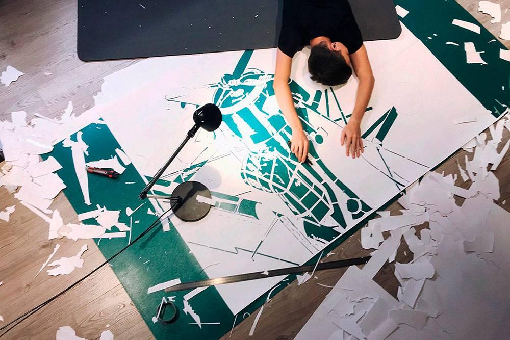 Большие трафареты удобнее резать на специальном макетном или самовосстанавливающемся коврике из ПВХ. Его размеры — от листа А4 до нескольких квадратных метров